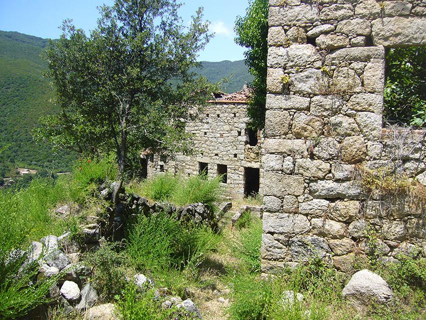 Randonnée dans le village abandonné de Monticchi, en Corse.