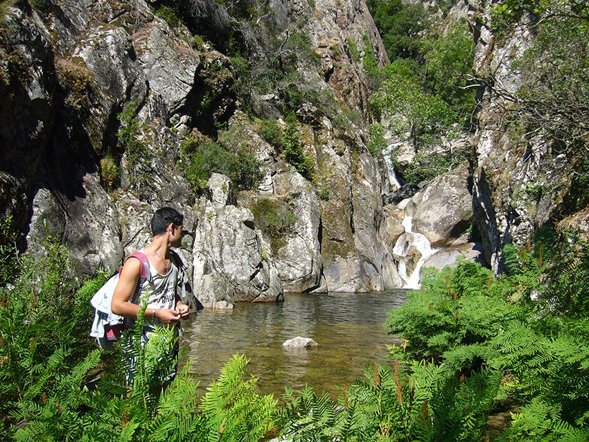 Randonnée le long du ruisseau de Monticchi, en Corse.