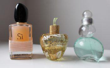 Mes parfums d'été : Sì rose signature de Giorgio Armani, Fleur défendue de Lolita Lempicka, et Eau belle d'Azzaro.