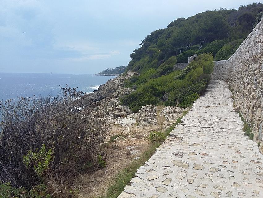 Sentier de randonnée, tour de la pointe Saint-Hospice à Saint-Jean-Cap-Ferrat.