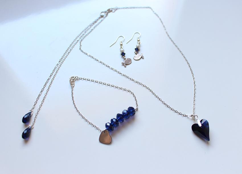 Collier, bracelet et boucles d'oreilles en argent et cristal bleu nuit créé sur mesure par Divine et Féminine.
