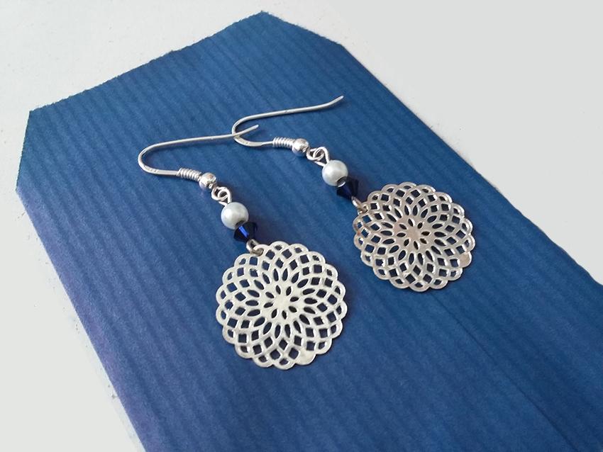 Boucles d'oreilles rosace argent et perle en cristal bleu nuit créées sur mesure par Divine et Féminine.