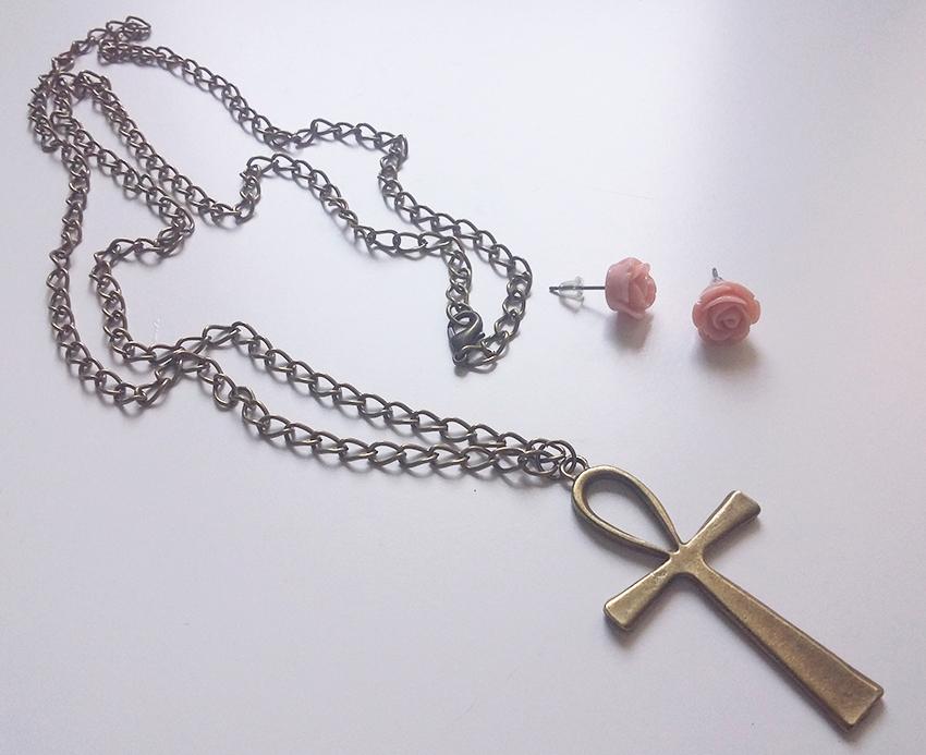Collier croix d'Ankh bronze et boucles d'oreilles puces roses créés sur mesure par Divine et Féminine.