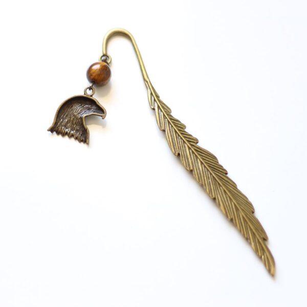 Marque page aigle métallique avec plume en laiton couleur bronze par Divine et Féminine.
