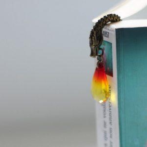 Marque-page dragon en métal bronze et perle couleur feu par Divine et Féminine.