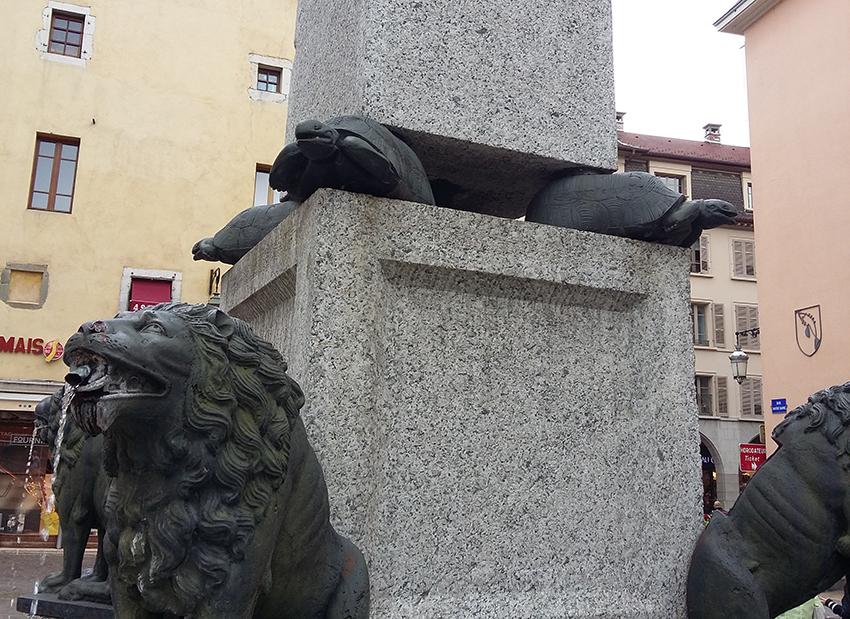 Fontaine lions et tortues écrasées à Annecy.