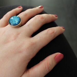 Bague argentée à paillettes bleues par Divine et Féminine.