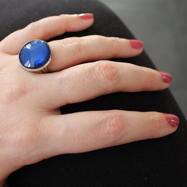 Bague argentée reflets bleu profond par Divine et Féminine.