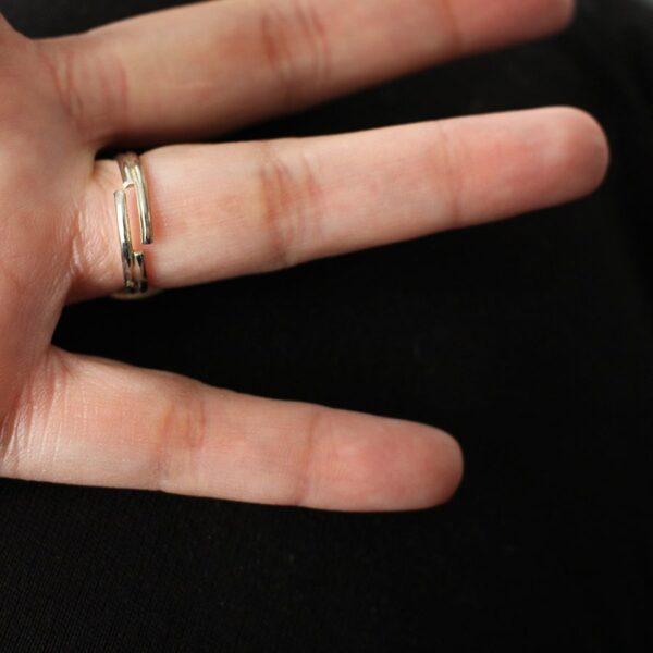 Bague à anneau réglable en laiton argenté par Divine et Féminine.