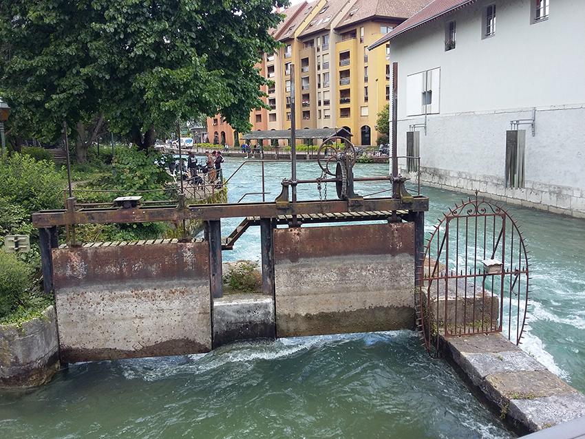 Barrage sur un canal d'Annecy.