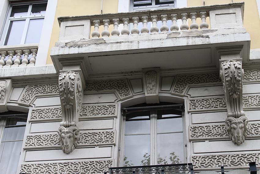 Détailes sculptures d'un joli balcon de Chambéry.