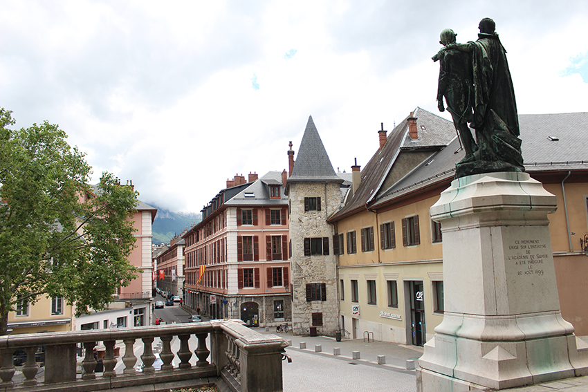 Place devant le château des Ducs de Savoie, à Chambéry.