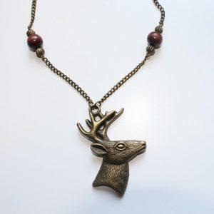 Collier cerf bronze et perles en bois par Divine et Féminine.