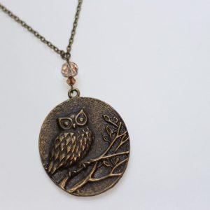 Collier pendentif hibou chouette sur une branche bronze par Divine et Féminine.