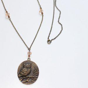 Long collier sautoir hibou chouette sur une branche bronze par Divine et Féminine.