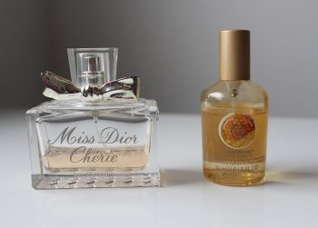 Mes parfums d'automne : Miss Dior Chérie de Dior, et Honeymania de The Body Shop.