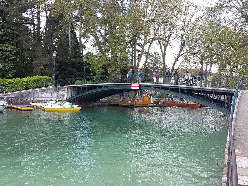 Pont des amours et lac d'Annecy.