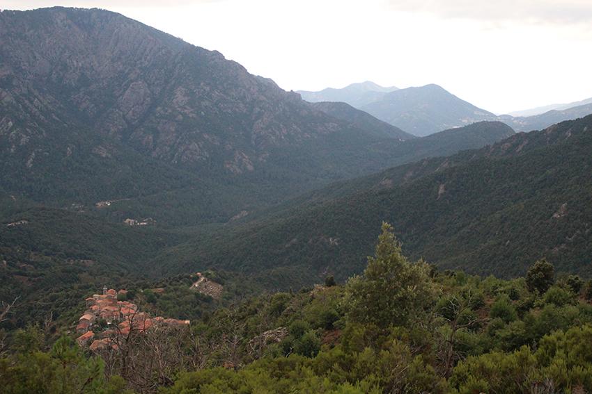 Village de Soccia, depuis le point de vue au départ de la randonnée vers le lac de Creno, en Corse.