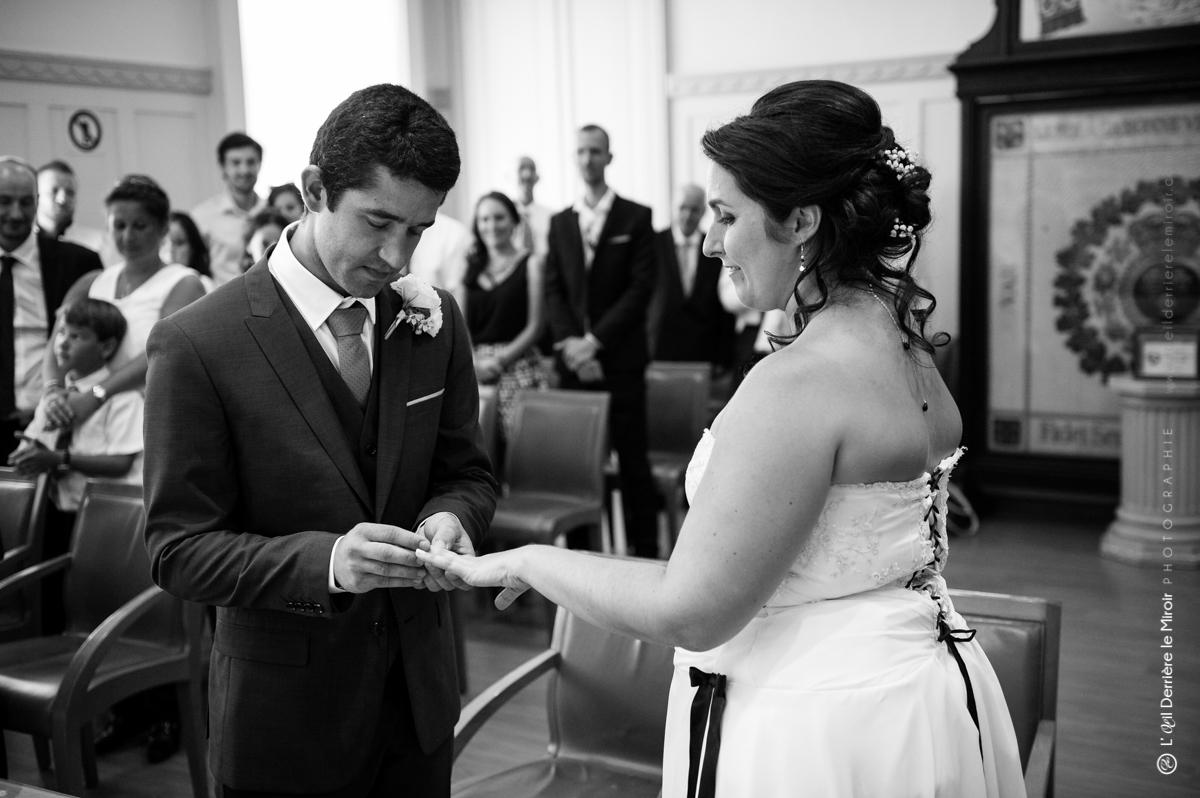 Mariage à la mairie d'Antibes, échange des alliances.