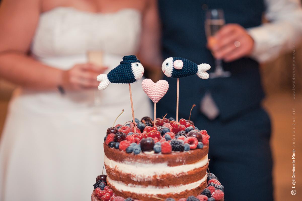 Mariage thème poisson, cake topper sur notre naked cake pièce montée.