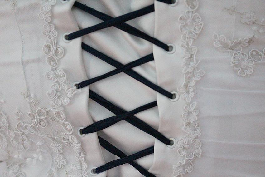 Dentelle et laçage au dos de ma robe de mariée Trait d'union création.