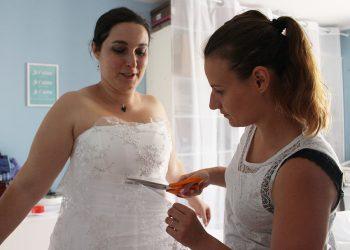 Trait d'union création, robe de mariée sur mesure : Amandine découpe la dentelle qu'elle place sur le bustier de ma robe.