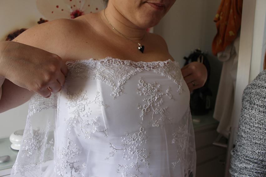 Trait d'union création, robe de mariée sur mesure : étape choix de la disposition de la dentelle sur le bustier.