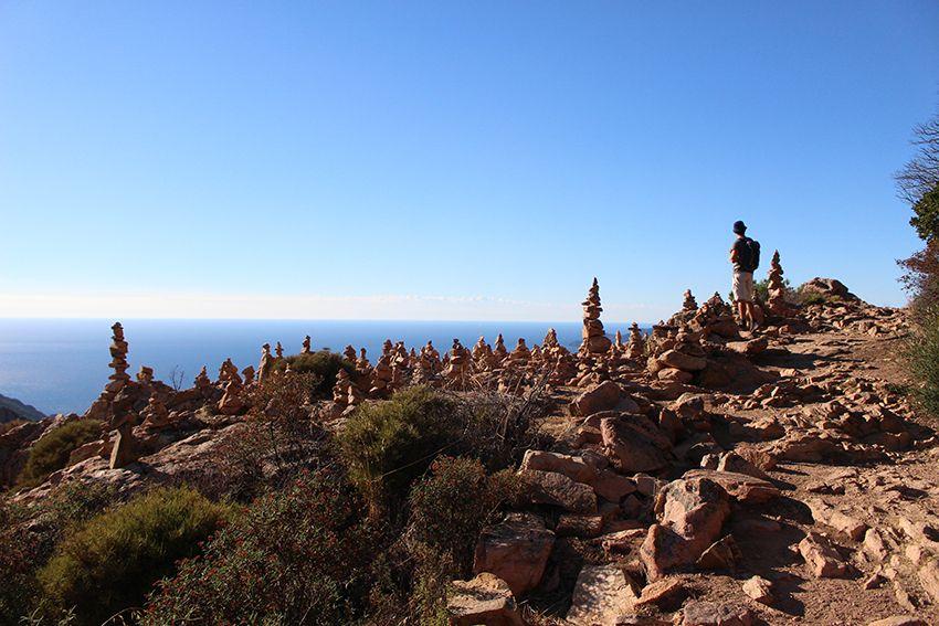 Cairns présents sur la randonnée du sentier muletier des calanques de Piana, en Corse.