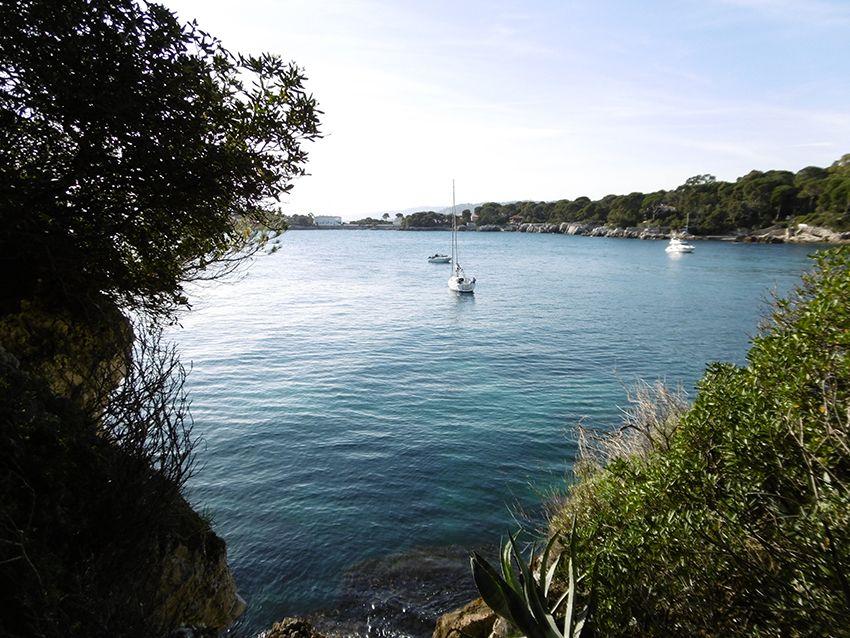 Anse de l'argent faux, depuis le sentier littoral de tire poil, tour du cap d'Antibes.