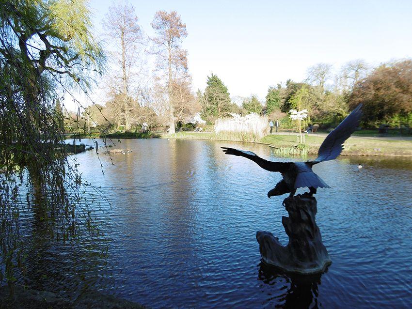 Statue aigle dans le Queen Mary's Garden de Regent's Park à Londres.