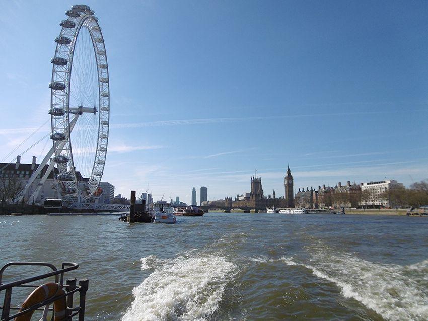 Vue sur le London eye depuis la Tamise, sur un bateau Thames river.