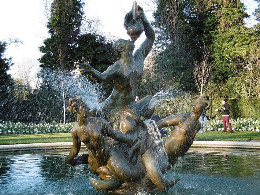 Fontaine dans le Queen Mary's Garden de Regent's Park à Londres.