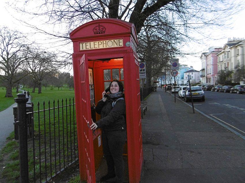 Touriste dans une cabine téléphonique de Londres.