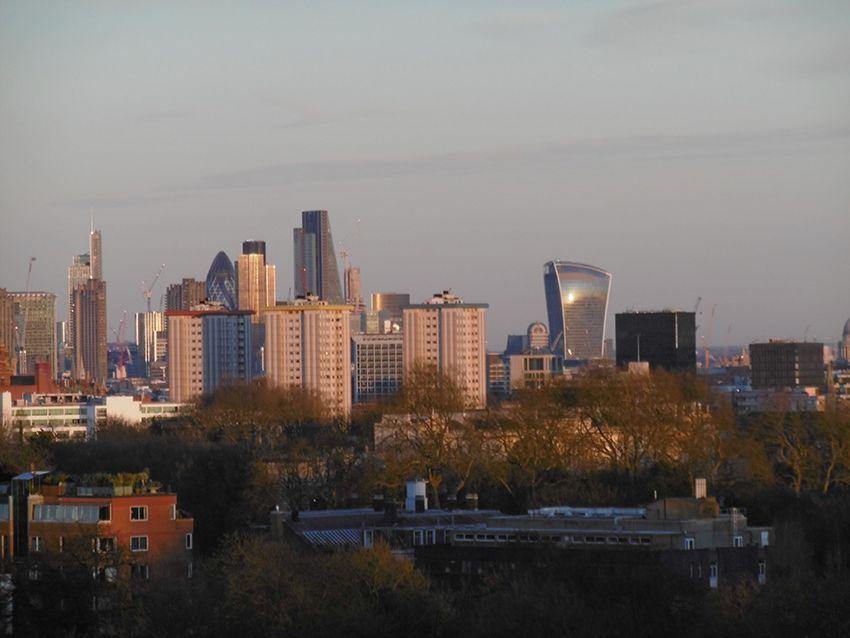 Vue sur le quartier des affaires depuis le parc de Primrose Hill à Londres.