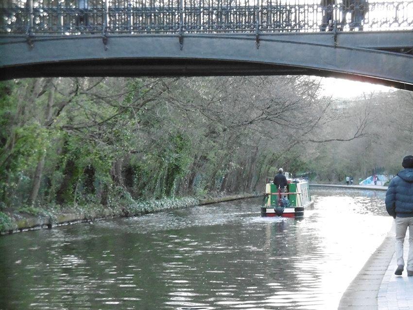 Péniche sur le Regent's canal de Regent's Park à Londres.