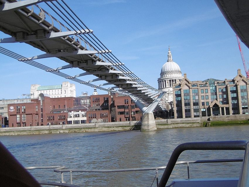 La cathédrale Saint-Paul et le millenium bridge vus depuis la Tamise, sur un bateau de la Thames Clippers.