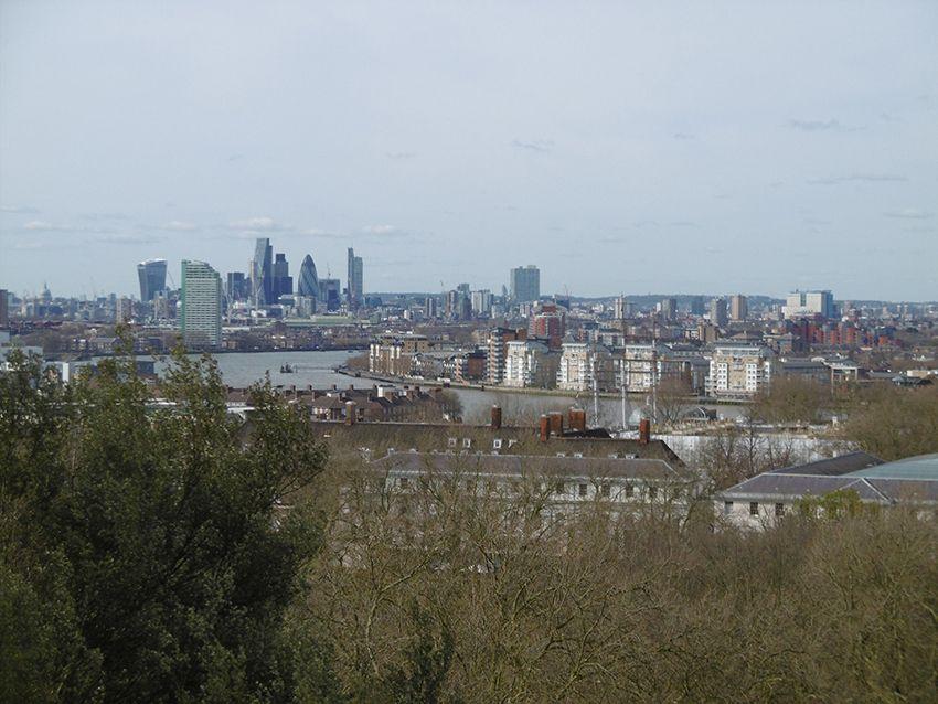 Vue sur le Gherkin, cornichon, et sky garden depuis l'observatoire de Greenwich.