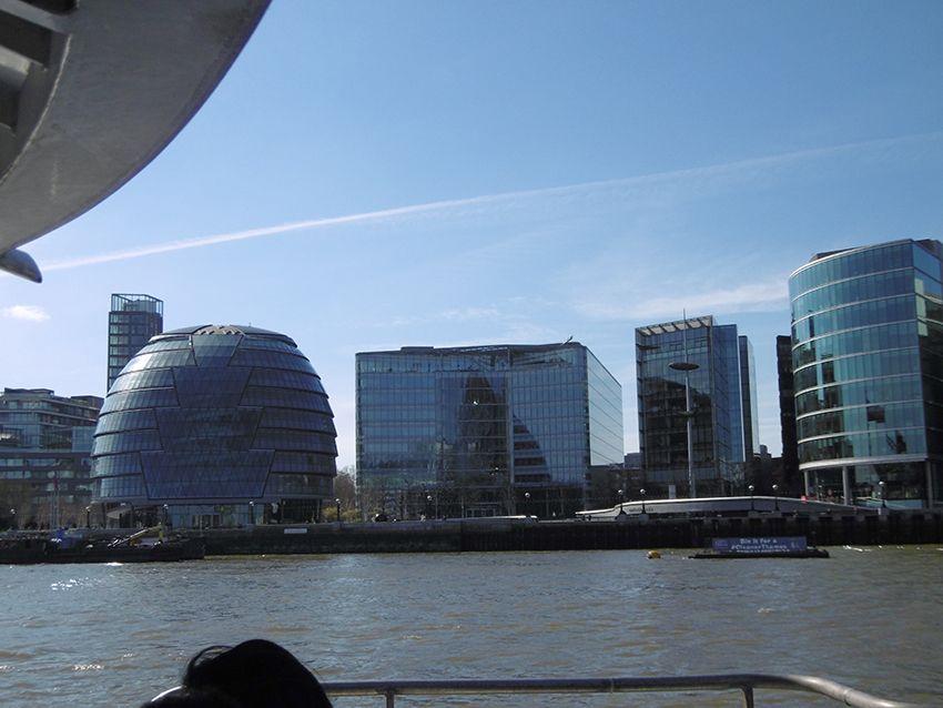 L'hôtel de ville de Londres vu depuis la Tamise, sur un bateau de la Thames Clippers.
