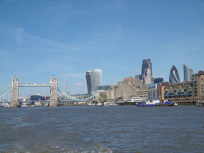 Vue sur Londres depuis la Tamise, sur un bateau de la Thames Clippers.