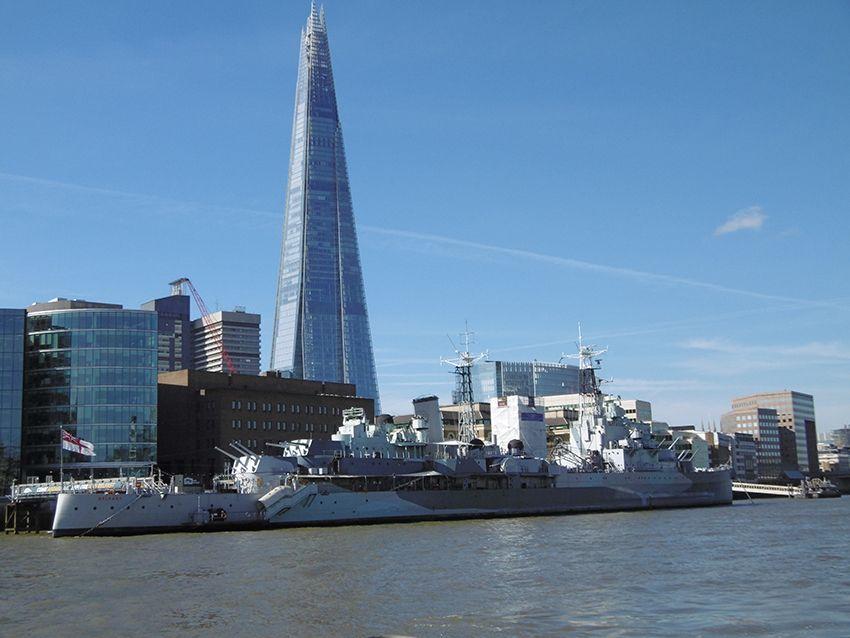 HMS Belfast et le shard vus depuis la Tamise, sur un bateau de la Thames Clippers.