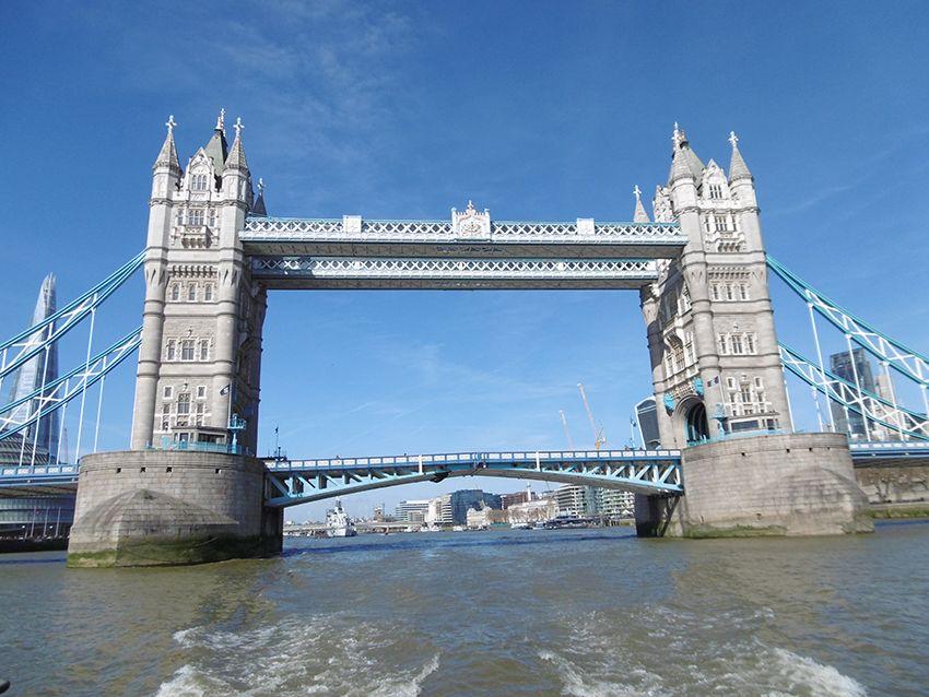 Le london bridge vu depuis la Tamise, sur un bateau de la Thames Clippers.