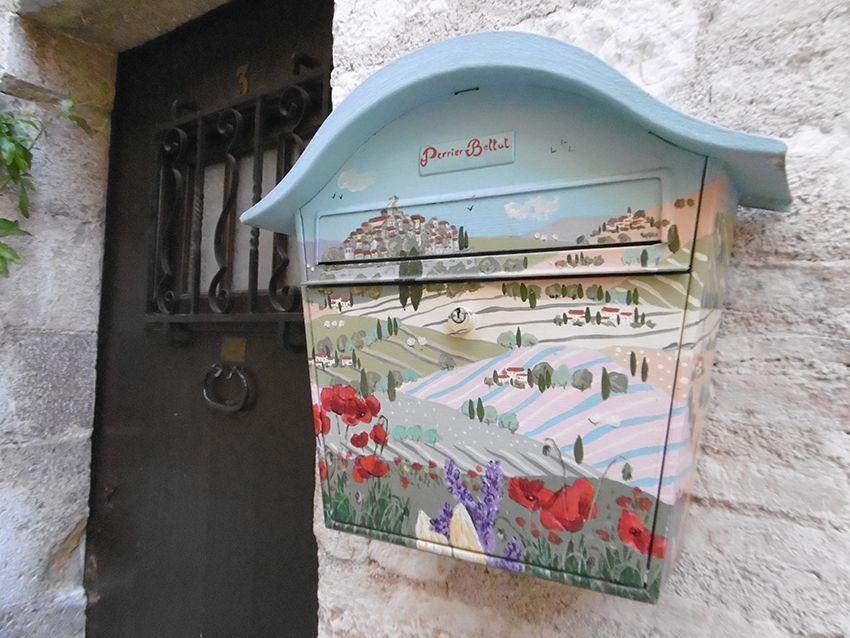 Jolie boîte aux lettres artistique à Saint-Paul de Vence.