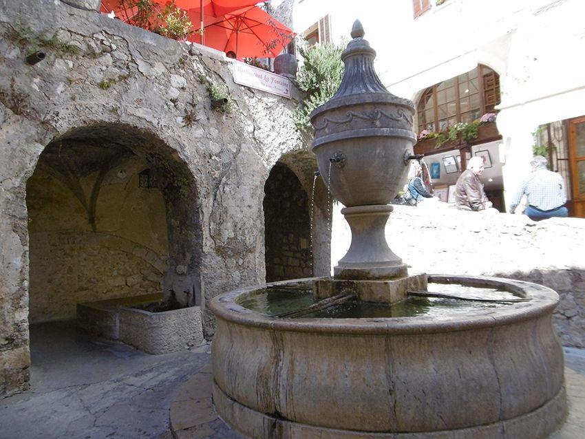 Place de la fontaine à Saint-Paul de Vence.