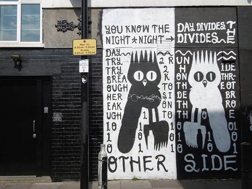Graffiti noir et blanc dans le quartier de Brick Lane à Londres.