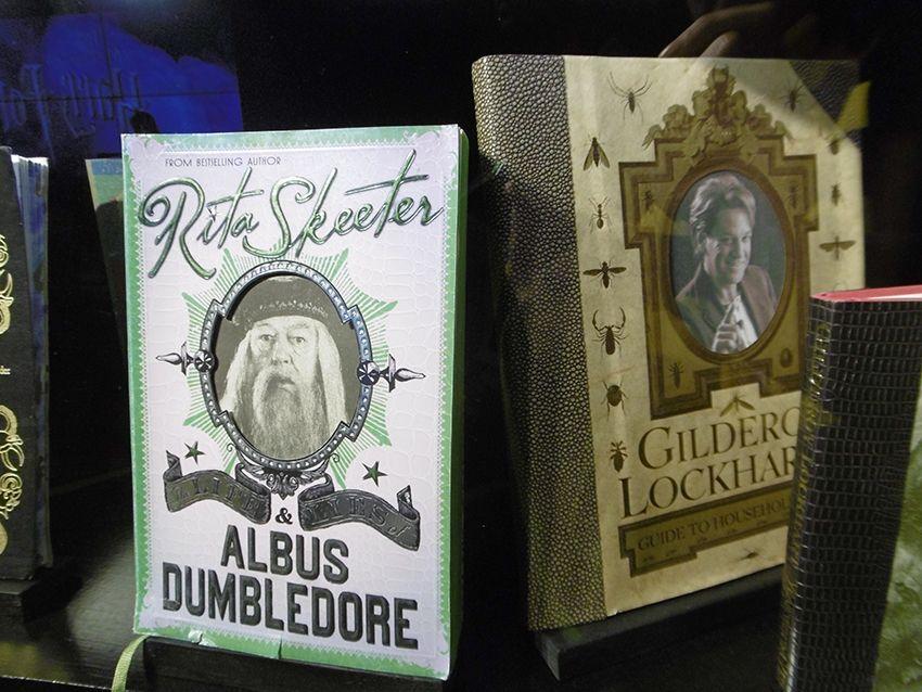 Livres de Lockhart et de Rita Skeeter au Studio Harry Potter de Londres.