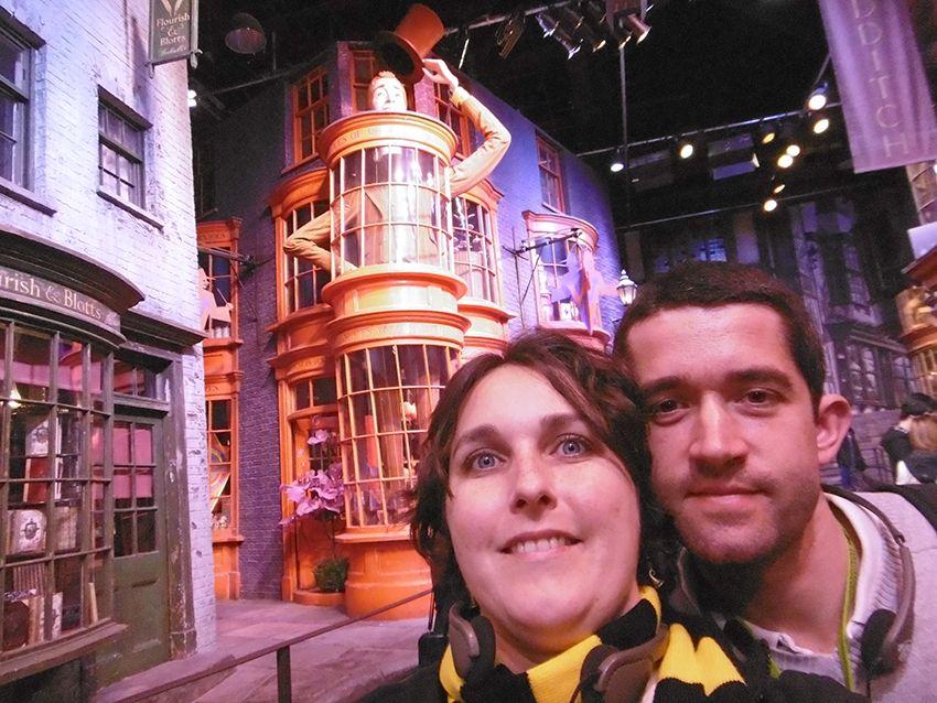 Magasin Weasley des farces pour sorciers facécieux sur le chemin de traverse au Studio Harry Potter de Londres.