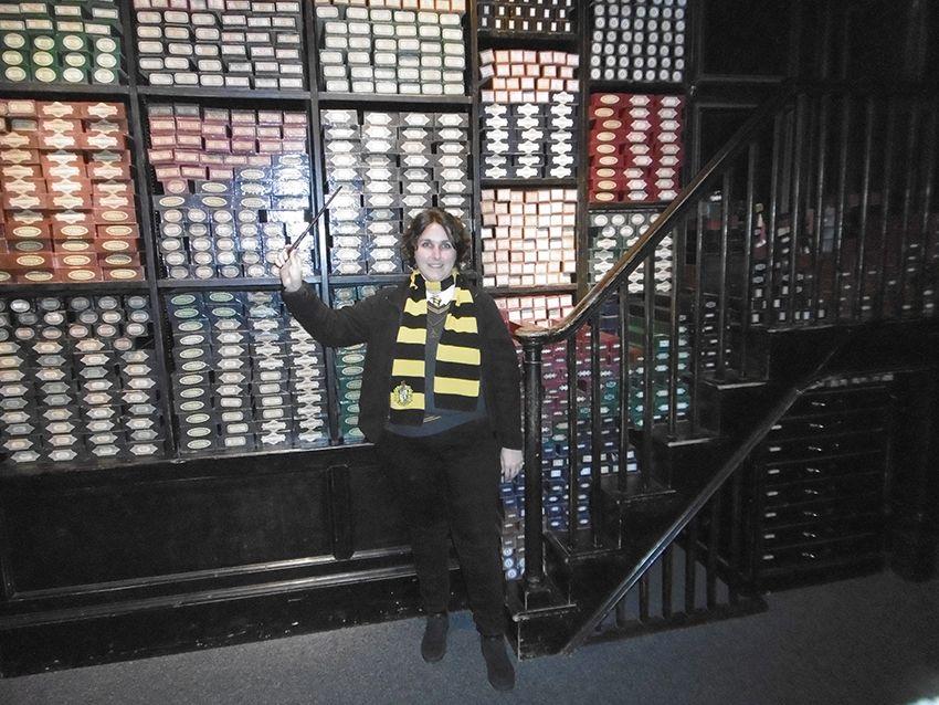 Intérieur boutique de baguettes Ollivanders au Studio Harry Potter de Londres.