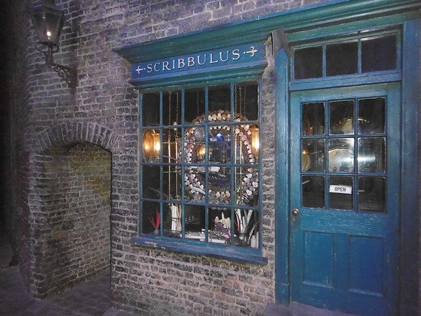 Boutique de plumes magiques Sribbulus sur le chemin de traverse au Studio Harry Potter de Londres.