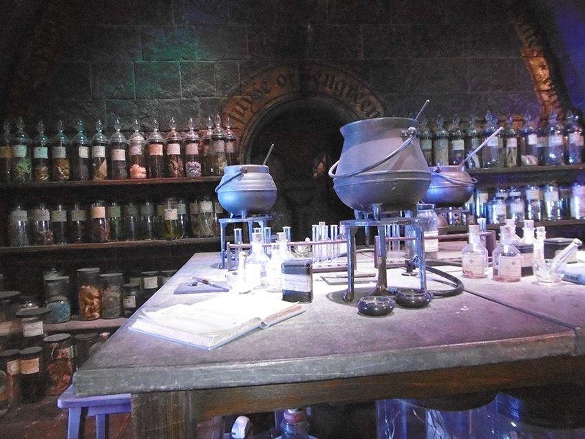 Salle de cours de potions au Studio Harry Potter de Londres.