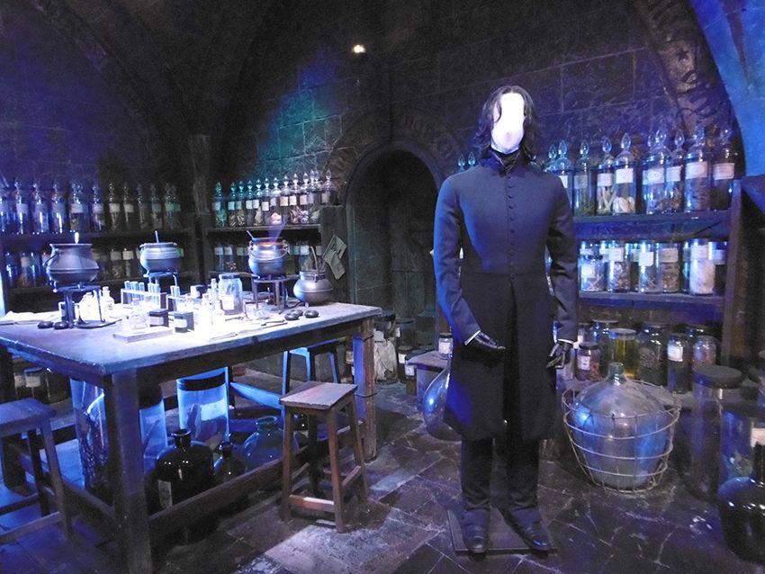 Professeur Rogue dans la salle des potions au Studio Harry Potter de Londres.